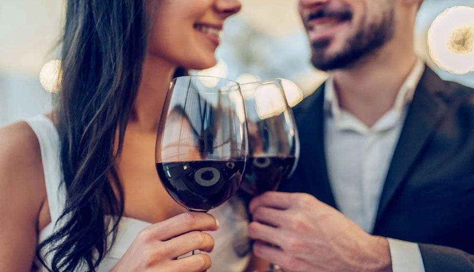 coppia beve vino al vigneto gattinara